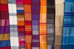 Ζωηρόχρωμα υφάσματα στην αγορά Αγαδίρ στο Μαρόκο Στοκ Φωτογραφία