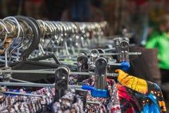 Ζωηρόχρωμα φορέματα επάνω σε μια στάση οδών, αγορά πόλεων στοκ εικόνα