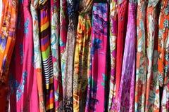 Ζωηρόχρωμα φορέματα τυπωμένων υλών Στοκ φωτογραφία με δικαίωμα ελεύθερης χρήσης