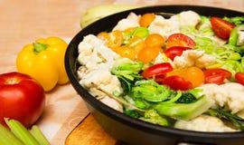 Ζωηρόχρωμα φρέσκα μαγειρευμένα λαχανικά στο τηγάνι στοκ εικόνες