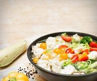 Ζωηρόχρωμα φρέσκα μαγειρευμένα λαχανικά στο τηγάνι στοκ φωτογραφία