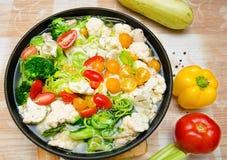 Ζωηρόχρωμα φρέσκα μαγειρευμένα λαχανικά στο τηγάνι στοκ φωτογραφία με δικαίωμα ελεύθερης χρήσης