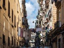 Ζωηρόχρωμα, φωτεινά σπίτια της μυθικής πόλης της Νάπολης, Ιταλία στοκ εικόνες