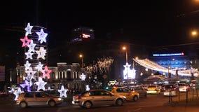 Ζωηρόχρωμα φω'τα μέχρι τα Χριστούγεννα στο πανεπιστημιακό τετράγωνο, Βουκουρέστι απόθεμα βίντεο