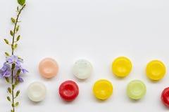 Ζωηρόχρωμα χάπια παστιλιών λαιμού βήχα επώδυνα Στοκ Φωτογραφίες