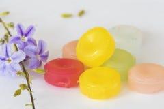 Ζωηρόχρωμα χάπια παστιλιών λαιμού βήχα επώδυνα Στοκ φωτογραφία με δικαίωμα ελεύθερης χρήσης