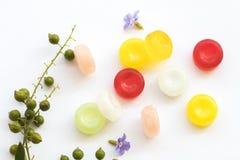 Ζωηρόχρωμα χάπια παστιλιών λαιμού βήχα επώδυνα Στοκ εικόνες με δικαίωμα ελεύθερης χρήσης