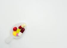 Ζωηρόχρωμα χάπια στο κουταλάκι του γλυκού Στοκ εικόνα με δικαίωμα ελεύθερης χρήσης