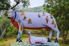 Ζωηρόχρωμα χαρασμένα είδωλα πολλών Θεών και θεών στην πλάτη αγελάδων ` s, στον τρόπο σε Kanchipuram, Tamil Nadu, Ινδία Στοκ φωτογραφία με δικαίωμα ελεύθερης χρήσης