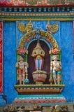 Ζωηρόχρωμα χαρασμένα είδωλα στο Gopuram, στον τρόπο σε Thanjavur, Tamil Nadu, Ινδία Στοκ φωτογραφία με δικαίωμα ελεύθερης χρήσης