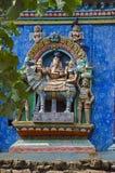 Ζωηρόχρωμα χαρασμένα είδωλα στο Gopuram, στον τρόπο σε Thanjavur, Tamil Nadu, Ινδία Στοκ Φωτογραφίες
