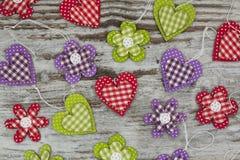 Ζωηρόχρωμα χειροποίητα καρδιές και λουλούδια Στοκ Φωτογραφία