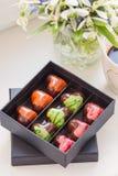 Ζωηρόχρωμα χειροποίητα bonbons σοκολάτας πολυτέλειας στο κιβώτιο Στοκ εικόνα με δικαίωμα ελεύθερης χρήσης