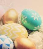 Ζωηρόχρωμα χρωματισμένα αυγά Πάσχας με το αναδρομικό φίλτρο στοκ φωτογραφία με δικαίωμα ελεύθερης χρήσης