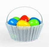 Ζωηρόχρωμα χρωματισμένα αυγά Πάσχας στο καφετί καλάθι Στοκ Φωτογραφίες