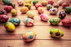 Ζωηρόχρωμα χρωματισμένα χέρι αυγά Πάσχας στο ξύλο Μοναδικό χειροποίητο, εκλεκτής ποιότητας σχέδιο στοκ εικόνα με δικαίωμα ελεύθερης χρήσης