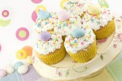 ζωηρόχρωμα cupcakes Πάσχα Στοκ εικόνες με δικαίωμα ελεύθερης χρήσης