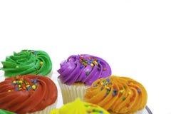 Ζωηρόχρωμα cupcakes στο άσπρο υπόβαθρο Στοκ φωτογραφίες με δικαίωμα ελεύθερης χρήσης