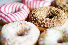 ζωηρόχρωμα donuts - ζύμη και γλυκιά ορισμένη τρόφιμα έννοια στοκ εικόνες