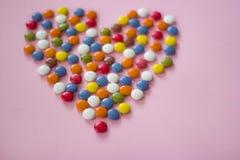 Ζωηρόχρωμα dragees που διαμορφώνουν μια καρδιά Στοκ Εικόνες
