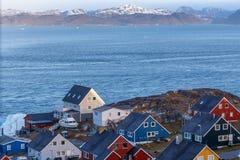 Ζωηρόχρωμα greenlandic σπίτια στο ωκεάνιο φιορδ Νουούκ στοκ εικόνες