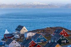 Ζωηρόχρωμα greenlandic σπίτια στο ωκεάνιο φιορδ Νουούκ στοκ φωτογραφίες με δικαίωμα ελεύθερης χρήσης