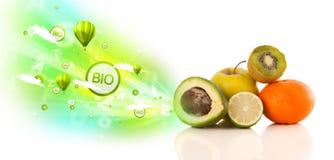 Ζωηρόχρωμα juicy φρούτα με τα πράσινα σημάδια και τα εικονίδια eco Στοκ εικόνα με δικαίωμα ελεύθερης χρήσης