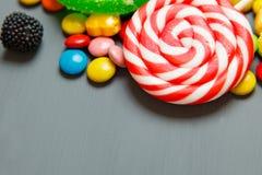 Ζωηρόχρωμα lollipops, κάλαμοι καραμελών και γλυκό μίγμα καραμελών Στοκ Εικόνες