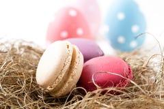 Ζωηρόχρωμα macaroons και αυγά Πάσχας Στοκ Εικόνες