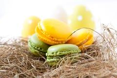 Ζωηρόχρωμα macaroons και αυγά Πάσχας Στοκ Εικόνα