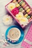Ζωηρόχρωμα macaroons, καφές Γλυκά macarons Στοκ Φωτογραφία