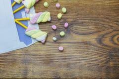 Ζωηρόχρωμα marshmallows στο ξύλινο υπόβαθρο στούντιο φακέλων Στοκ Εικόνες