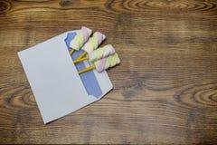 Ζωηρόχρωμα marshmallows στο ξύλινο υπόβαθρο στούντιο φακέλων Στοκ φωτογραφία με δικαίωμα ελεύθερης χρήσης