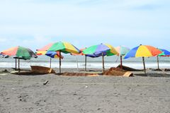 Ζωηρόχρωμα parasols στην παραλία στοκ εικόνα με δικαίωμα ελεύθερης χρήσης