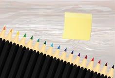 Ζωηρόχρωμα pencis Κίτρινο φύλλο του εγγράφου για τις σημειώσεις sticker Διάνυσμα στο ξύλινο υπόβαθρο διανυσματική απεικόνιση
