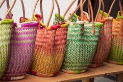 ζωηρόχρωμα raffia καλάθια στην αγορά στοκ εικόνες