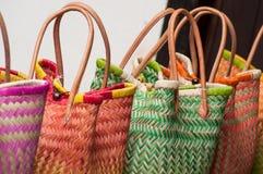 ζωηρόχρωμα raffia καλάθια στην αγορά στοκ φωτογραφία
