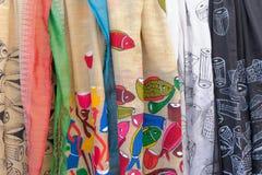 Ζωηρόχρωμα sarees, βιοτεχνίες που επιδεικνύονται για την πώληση Στοκ φωτογραφίες με δικαίωμα ελεύθερης χρήσης