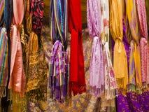 Ζωηρόχρωμα scarvers μεταξιού που κρεμούν στο στάβλο αγοράς, Ινδία Στοκ Εικόνες