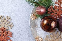 Ζωηρόχρωμα snowflakes Χριστουγέννων στο λαμπρό αντανακλημένο υπόβαθρο, αντίγραφο Στοκ εικόνες με δικαίωμα ελεύθερης χρήσης