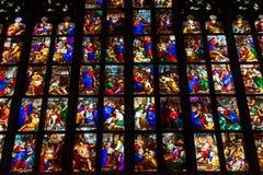 Ζωηρόχρωμα stained-glass παράθυρα σε Duomo (καθεδρικός ναός) στο Μιλάνο Στοκ Φωτογραφία