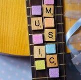 ζωηρόχρωμες λέξεις αλφάβητου φορεμάτων κορδελλών λεπτομέρειας sugarcubes κιθάρων Στοκ Εικόνες