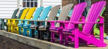 Ζωηρόχρωμες έδρες Adirondeck Στοκ φωτογραφίες με δικαίωμα ελεύθερης χρήσης