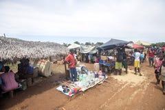 Ζωηρόχρωμες αγορές στο κύριο δρόμο, κοντά σε Antsohihy, Μαδαγασκάρη Στοκ Φωτογραφίες