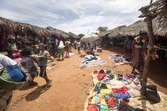Ζωηρόχρωμες αγορές στο κύριο δρόμο, κοντά σε Antsohihy, Μαδαγασκάρη Στοκ Εικόνα