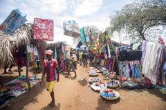 Ζωηρόχρωμες αγορές στο κύριο δρόμο, κοντά σε Antsohihy, Μαδαγασκάρη Στοκ εικόνες με δικαίωμα ελεύθερης χρήσης