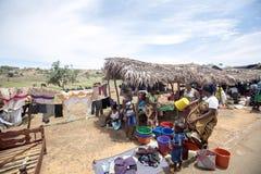 Ζωηρόχρωμες αγορές στο κύριο δρόμο, κοντά σε Antsohihy, Μαδαγασκάρη Στοκ Φωτογραφία