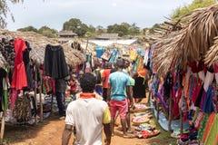 Ζωηρόχρωμες αγορές στο κύριο δρόμο, κοντά σε Antsohihy, Μαδαγασκάρη Στοκ εικόνα με δικαίωμα ελεύθερης χρήσης