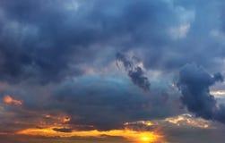 Ζωηρόχρωμες ακτίνες ηλιοβασιλέματος στον ουρανό με τα σύννεφα Ηλιοβασίλεμα Στοκ Εικόνες