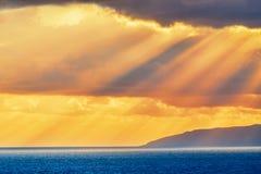 Ζωηρόχρωμες ακτίνες ηλιοβασιλέματος στο νησί της Κρήτης Στοκ φωτογραφίες με δικαίωμα ελεύθερης χρήσης